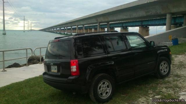 7 Mile Bridge: unser Jeep vor der fast 11 km (ca. 7 Meilen) langen Seven Mile Bridge, die die Inseln Knight's Key mit Little Duck Key verbindet (im Vordergrund die 1982 eröffnete aktuelle Brücke, dahinter die nie vollständig abgerissene Vorgängerbrücke von 1912)