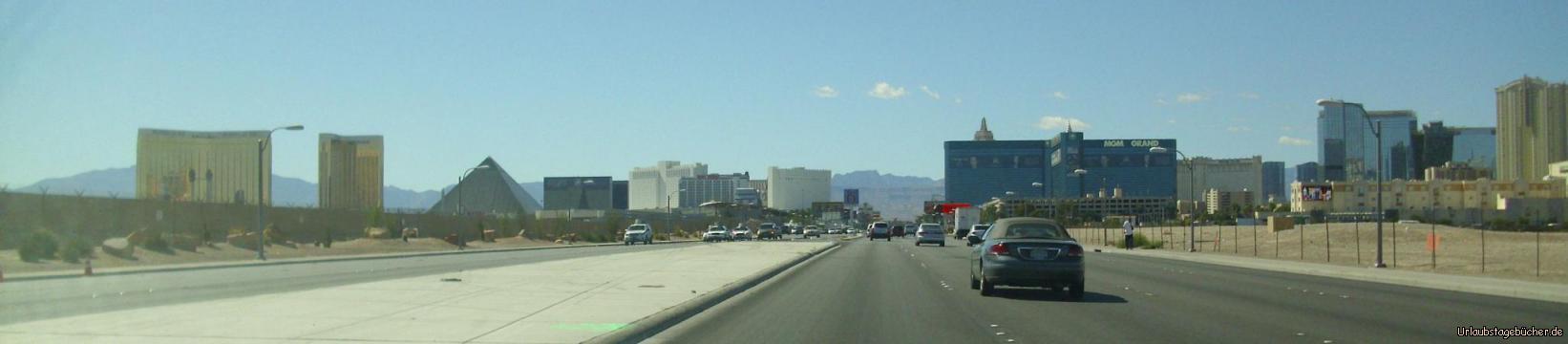 Las Vegas Skyline: auf dem Weg zurück in die Stadt fahren wir auf die Skyline von Las Vegas zu v.l.n.r.: Mandalay Bay, Delano, Luxor, Tropicana, MGM Grand, CityCenter