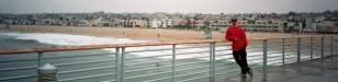 Ich aufm Pier: Ich auf dem Pier von Hermosa Beach mit dem Strand und Los Angeles im Rücken
