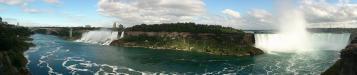 Niagarafälle: ein Blick von der Rainbow Bridge (ganz links) über die gesamten Niagarafälle (links der US-amerikanische und rechts der kanadische Teil)