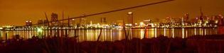 Long Beach: der Hafen und die Skyline von Long Beach, Kalifornien bei Nacht vom Pier der Queen Mary aus gesehen