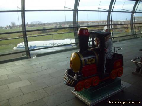 Lok: die Wartezeit auf dem Leipziger Flughafen können sich Viktor und Vivian ganz gut vertreiben