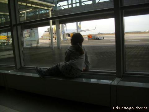 Flughafen Leipzig: auch wenn es auf einem Flughafen wirklich viel zu sehen gibt; nicht nur für Vivian darf es nach 2 Stunden Warten endlich weitergehen