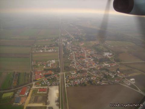 Trautmannsdorf: der Blick auf Wien bleibt uns beim Anflug auf den Wiener Flughafen leider verwehrt, dafür sehen wir aber Trautmannsdorf an der Leitha von oben