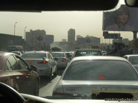 Verkehrschaos in Kairo: ohne erkennbares Einhalten von etwaigen Verkehrsregeln wälzt sich eine Blechlawine durch die ägyptische Hauptstadt Kairo (und wir wälzen als sprachlose Passagiere mit)