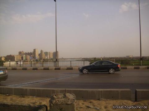 Nil: auf unserer Fahrt vom Flughafen Kairo nach Gizeh können wir das erste Mal einen Blick auf den Nil werfen