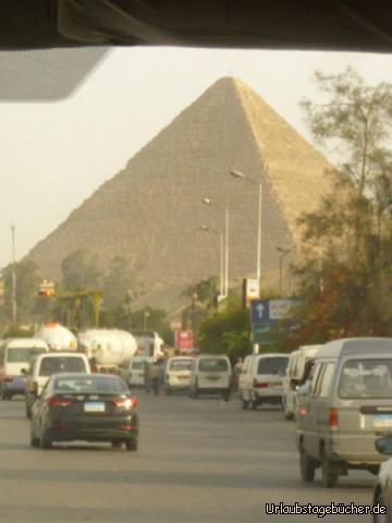 Pyramide: auf unserer Fahrt zu unserem Hotel in Gizeh können wir schon einen ersten Blick auf die großen Pyramiden werfen