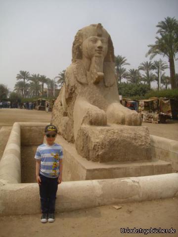 Alabastersphinx: Viktor im Garten des Freilichtmuseums bei Mit Rahina neben der 8,7 × 4,7 Meter großen Alabastersphinx, die einst im Tempel des Ptah in Memphis stand