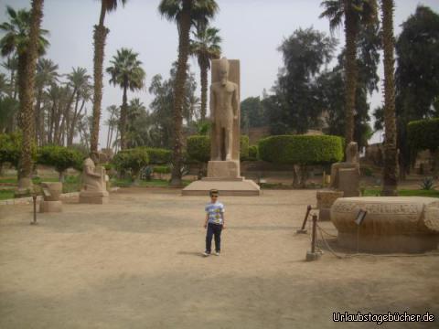 Viktor im Museum: mit einer Statue von Ramses II. im Hintergrund und weiteren Ausstellungsstücken aus dem Tempel des Ptah  sieht man hier Viktor das Freilichtmuseum von Memphis durchstreifen