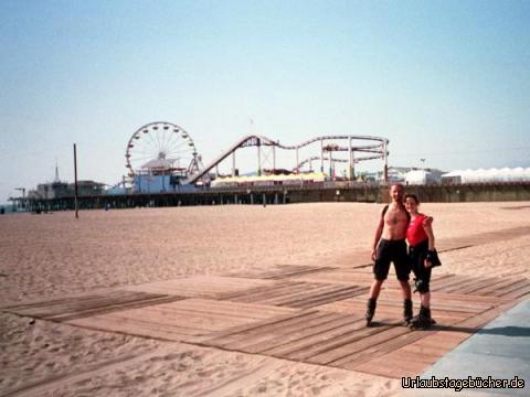 wir am Santa Monica Beach: Anja und ich beim Rollerscaten am Strand von Santa Monica Beach