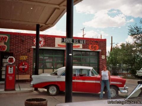 Cadillac: Anja vor einem Cadillac an der Route 66