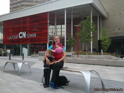 CN Tower Familienfoto: Mama (Katy), Viktor und ich vor dem Eingang zum CN Tower