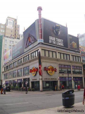 Hard Rock Cafe Toronto: unser Jeep (links) vor dem Hard Rock Cafe in Toronto