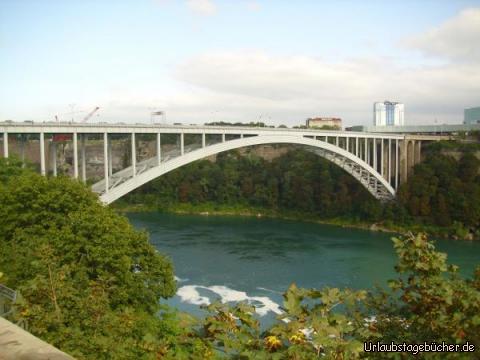 Rainbow Bridge: über die 442 m lange Rainbow Bridge überqueren wir in 61,5 m Höhe den Niagara River und damit die Grenze von Kanada nach USA direkt neben den Niagarafällen