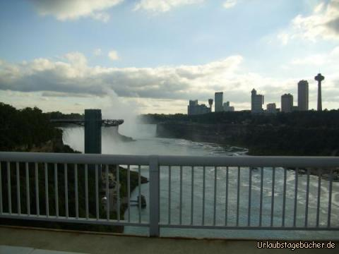 Niagara Falls Skyline: während wir für die Grenzkontrolle auf der Rainbow Bridge anstehen, haben wir noch einmal einen tollen Blick auf die Niagarafälle und die Skyline von Niagara Falls (Ontario)