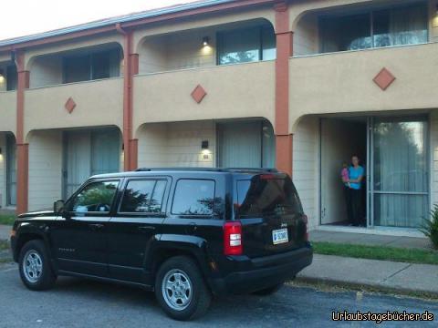 Americas Best Value Inn: unser Jeep parkt direkt vor der Verandatür unseres Zimmers  im Americas Best Value Inn von Niagara Falls (New York) in der Mama (Katy) mit mir auf dem Arm gerade steht
