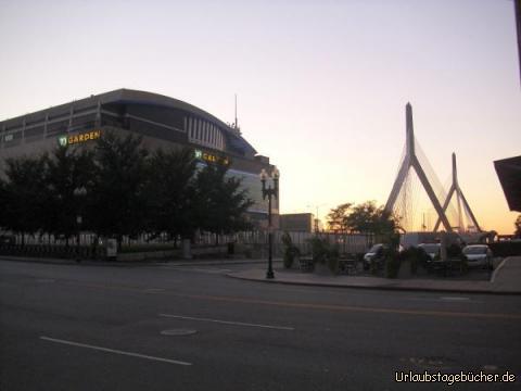 TD Garden und Zakim Bridge: links ist der 1995 eröffnete TD Garden zu sehen, die sportliche Heimat der Boston Bruins (NHL) und der Boston Celtics (NBA), und rechts die Pylone der Leonard P. Zakim Bunker Hill Memorial Bridge, die 2002 fertiggestellte Brücke über den  Charles River - mit insgesamt zehn Fahrstreifen (56 m) die breiteste Schrägseilbrücke der Welt