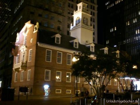 Old State House nachts: Mama (Katy) und Viktor vor dem nächtlichen Old State House, dem älteste noch stehende öffentliche Gebäude in Boston (okay, ich geb's zu, Mama und Viktor sind nur schwer zu erkennen)