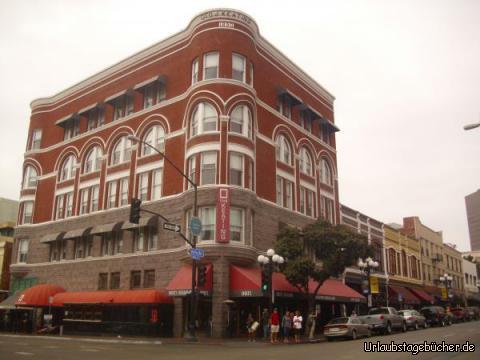 Gaslamp Quarter: die Kreuzung F Street/Fifth Avenue im Gaslamp Quarter von San Diego soll hier einmal als Beispiel für den historischen Stadtkern stehen, bekannt durch seine viktorianische Architektur, aber vor allem als Partymeile