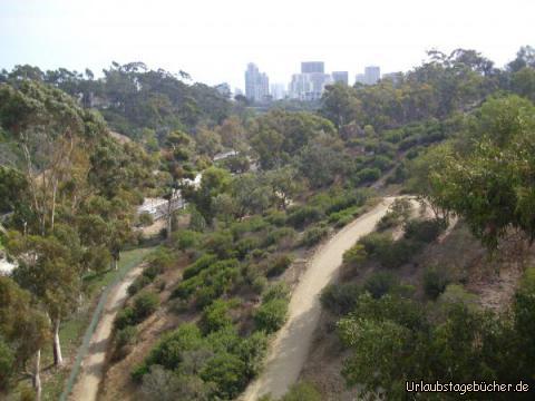 Balboa Park: der Blick von der Cabrillo Bridge über den 4,9 km² großen Balboa Park, den es schon seit 1868 im Herzen von San Diego, Kalifornien gibt