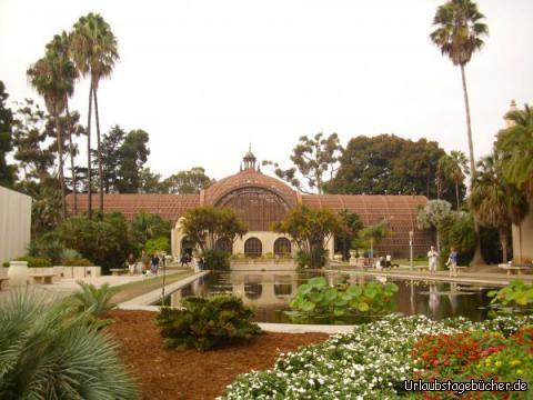 Botanical Building: das Botanical Building mit dem Lily Pond im Balboa Park von San Diego wurde für die Panama-Kalifornien Ausstellung 1910-16 errichtet (den Feierlichkeiten zur Fertigstellung des Panamakanals)