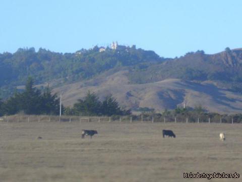 Hearst Castle: in der Nähe von San Simeon ist vom Highway 1 aus das Hearst Castle zu sehen, das hoch auf einer Bergkuppe mit Blick zum Pazifischen Ozean thront