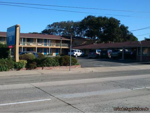 Rodeway Inn: das Rodeway Inn in Monterey, Kalifornien, mit unserem Auto (rechts im Schatten) und unserem Zimmer, das aber vom Schild verdeckt wird
