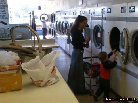 Waschtag: Mama und Viktor beim Wäschewaschen in Monterey, Kalifornien, während ich (links in meinem Sitz) alles genau überwache