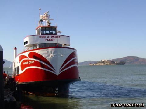 Harbor Queen: die Harbor Queen von der Schifffahrtsgesellschaft Red and White Fleet, mit der wir gleich unsere Bootstour durch die San Francisco Bay starten (im Hintergrund sieht man übrigens auch die ehemalige Gefängnisinsel Alcatraz)