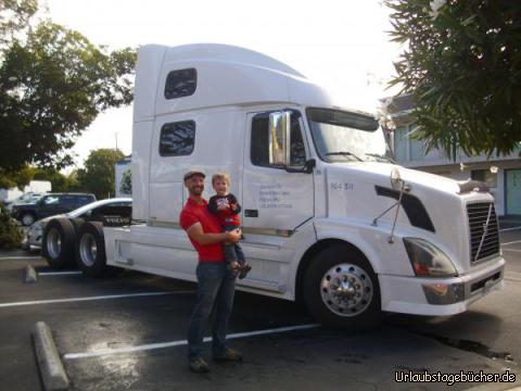 Truck: Viktor und Papa vor dem Truck, der direkt neben unserem Jeep und damit direkt vor unserem Motelzimmer in Oakland, Kalifornien, geparkt hat und an dessen Steuer sich Viktor sogar kurz setzten durfte