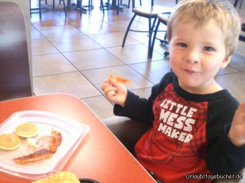 """Viktor frühstückt: wir frühstücken bei """"Jack in the Box"""" in Oakland, Kalifornien und mein Bruder Viktor bekommt sogar Frühstück mit Gesicht ;-D"""