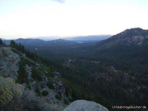 Echo Summit: vom 2.250m hohe Gebirgspass Echo Summit in der Sierra Nevada haben wir einen tollen Ausblick bis hin zum Lake Tahoe