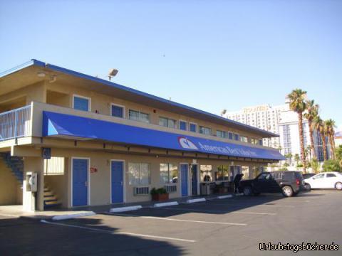 Americas Best Value Inn: wir verlassen das Americas Best Value Inn, in dem wir die letzte Nacht verbracht haben und welches direkt neben dem Hooters (im Hintergrund zu erkennen) liegt und damit nur ein paar Schritte vom Las Vegas Strip entfernt ist