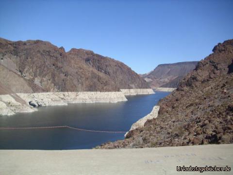 Lake Mead: vom Hoover Dam aus blicken wir auf den Lake Mead, der den Colorado River im Black Canyon auf einer Länge von ca. 170 km anstaut und wegen seiner Größe und der Funktionen als wichtigster Stausee der USA gilt