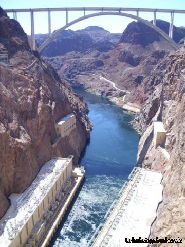 Colorado River: vom Hoover Dam aus hat man einen tollen Blick auf die Mike O'Callaghan-Pat Tillman Memorial Bridge die auf einer Höhe von 270m über dem Colorado River den Black Canyon überquert und so Arizona und Nevada verbindet