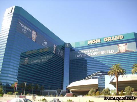 MGM Grand: als wir das Hooters in Las Vegas verlassen, stehen wir direkt vor dem MGM Grand, welches zu seiner Eröffnung 1993 das größte Hotel der Welt war (heute das drittgrößte)