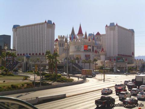 Excalibur: von der Fußgängerbrücke über die Tropicana Avenue aus haben wir auch einen tollen Blick auf das am Las Vegas Strip gelegene Casino/Hotel Excalibur im Stil einer mittelalterlichen Burg