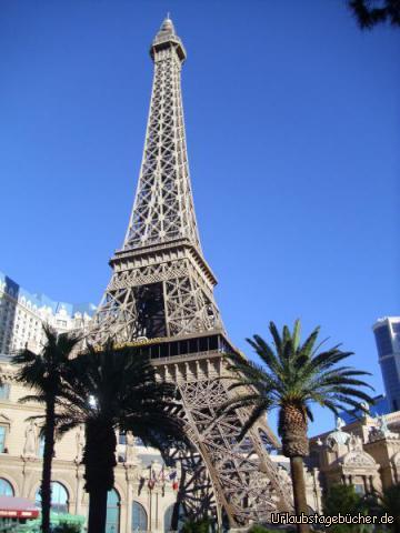 """Paris: wir sind immer noch auf dem Las Vegas Strip, stehen aber plötzlich vor dem Eiffelturm, (jedoch """"nur"""" im Maßstab 1:2 zum Original in Frankreich) dem Wahrzeichen des Casino/Hotels Paris"""