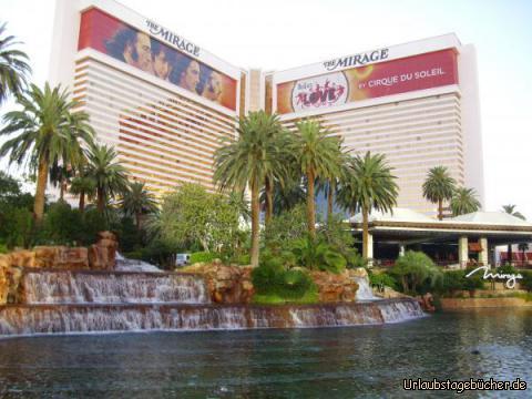 The Mirage: das nächste Casino/Hotel, vor dem wir auf unserem Weg entlang des Las Vegas Strip stehen, ist The Mirage, vor allem bekannt für die weißen Tiger von  Siegfried & Roy und für den künstlichen Vulkan, der vor dem Megaresort allabendlich mehrmals ausbricht