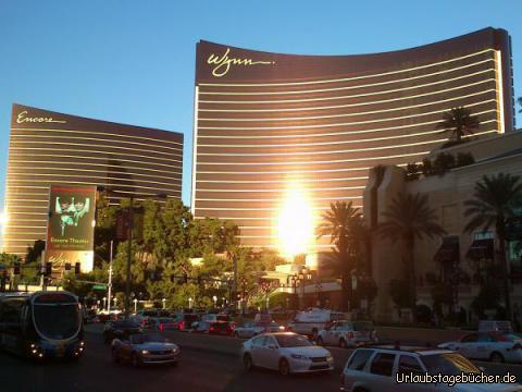 Encore & Wynn: auch wenn wir den Las Vegas Strip nicht so weit laufen, dass wir die beiden Schwesterhotels Encore & Wynn aus der Nähe sehen, machen sie doch im Licht der untergehenden Sonne auch aus der Ferne ein gutes Bild