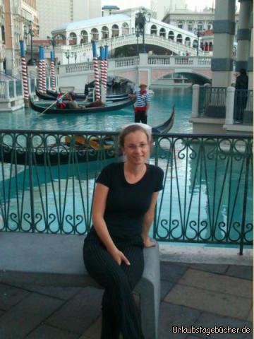 Venetian Resort: Mama (Katy) sitzt hier vor einem (künstlichen) Kanal mit Gondel, Gondoliere und dem Nachbau der Rialtobrücke, die alle zum Casino/Hotel Venetian am Las Vegas Strip gehören
