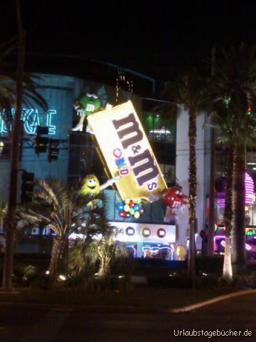 M&M's World bei Nacht: die M&M's World am Las Vegas Strip ist tagsüber vor allem von innen interessant aber nachts ist sie auch von außen ein Hingucker