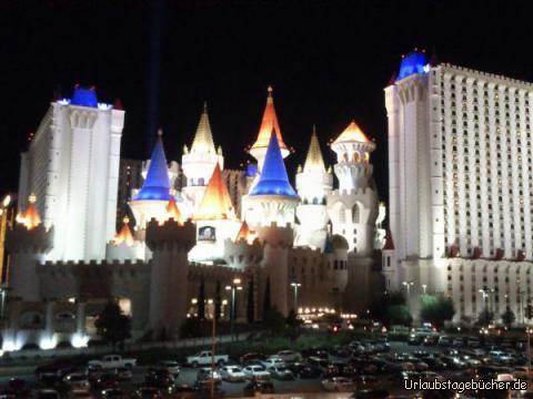 Excalibur bei Nacht: besonders eindrucksvoll bei Nacht wirkt auch das Casino/Hotel Excalibur, welches im Stil einer mittelalterlichen Burg erbaut ist und mit rund 4.000 Zimmern und Suiten zu den größten Hotels der Welt gehört (wie so viele andere Hotels hier am Las Vegas Strip)