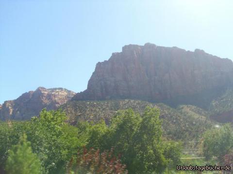 """The Watchman: vom Zion Canyon Visitor Center aus, welches direkt am Eingang des Zion National Parks liegt, haben wir einen tollen Blick auf """"The Watchman"""" (zu dessen Füßen Papa vor 13 Jahren gezeltet hat)"""