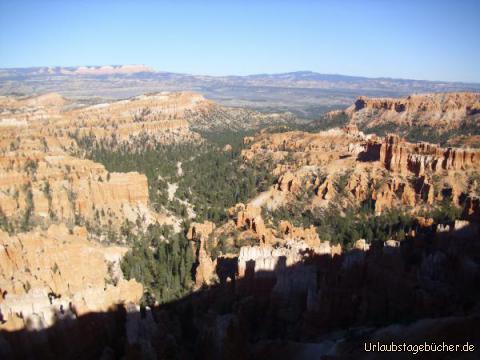 Blick in den Bryce Canyon: der Blick Richtung Süden in den doch recht grünen Bryce Canyon vom Inspiration Point aus gesehen