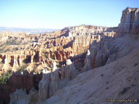 Blick zum Inspiration Point: rechts oben im Bild sieht man Leute auf der Klippe des Inspiration Points stehen, von wo aus man einen traumhaften Blick über den Bryce Canyon hat